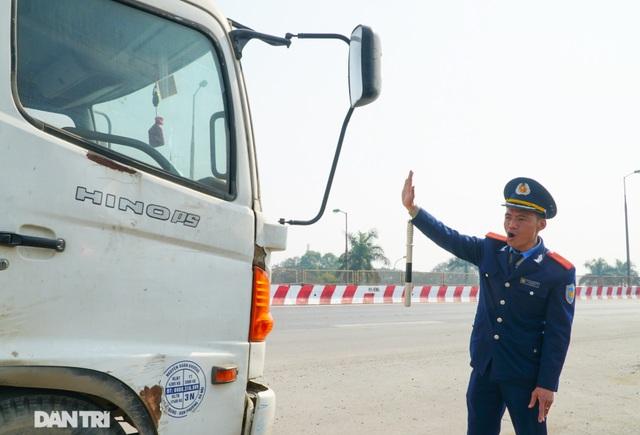 Hàng loạt xe quá tải bị xử lý khi lưu thông trên cầu Thăng Long - 5