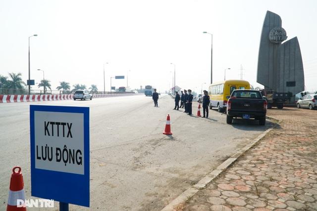 Hàng loạt xe quá tải bị xử lý khi lưu thông trên cầu Thăng Long - 1