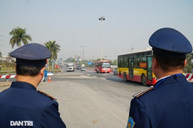 Hàng loạt xe quá tải bị xử lý khi lưu thông trên cầu Thăng Long - 9