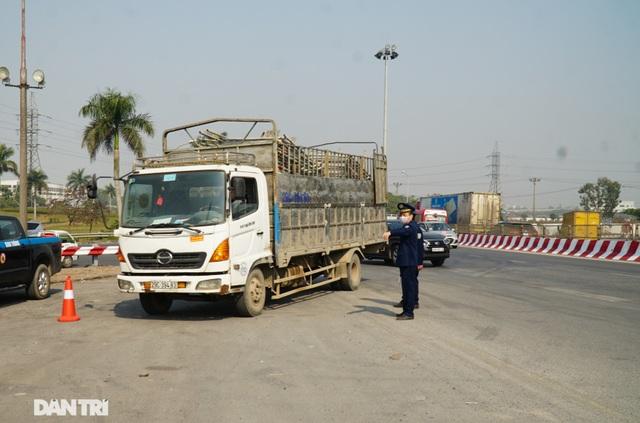 Hàng loạt xe quá tải bị xử lý khi lưu thông trên cầu Thăng Long - 2
