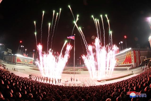 Triều Tiên duyệt binh rầm rộ, khoe vũ khí mạnh nhất thế giới - 22
