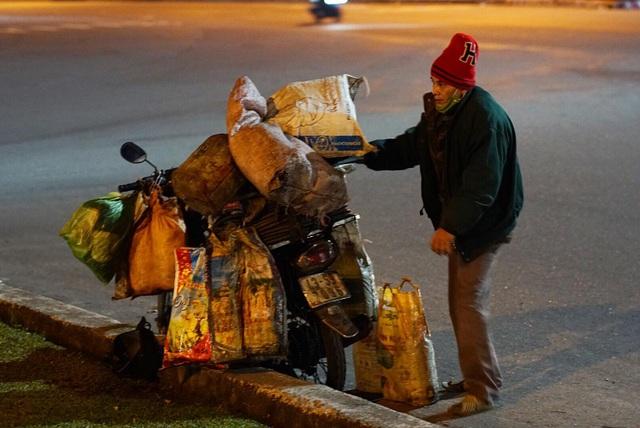 Người lao động nghèo Đà Nẵng lầm lũi mưu sinh trong giá rét - 2