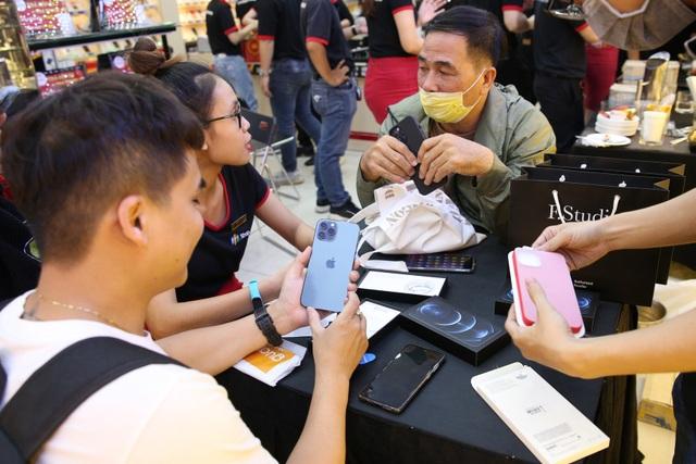 Gần 2 tháng về Việt Nam, iPhone 12 Pro Max vẫn liên tục cháy hàng - 2