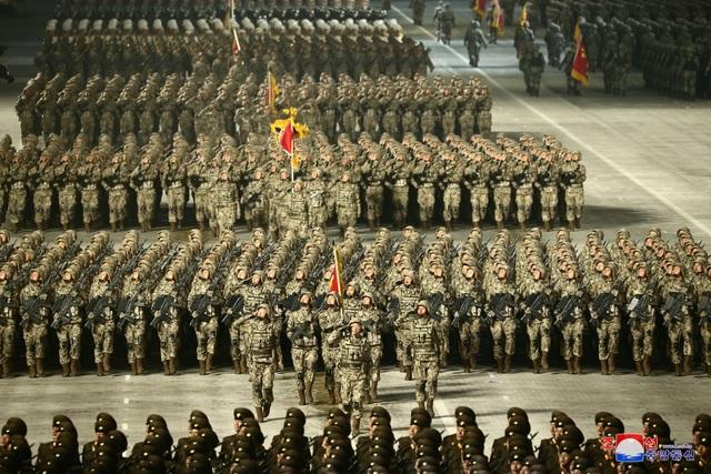 Triều Tiên duyệt binh rầm rộ, khoe vũ khí mạnh nhất thế giới - 16