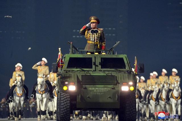 Triều Tiên duyệt binh rầm rộ, khoe vũ khí mạnh nhất thế giới - 6