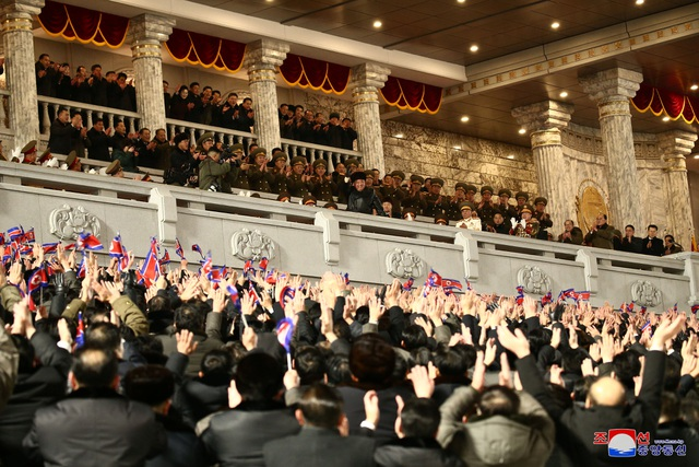 Triều Tiên duyệt binh rầm rộ, khoe vũ khí mạnh nhất thế giới - 5