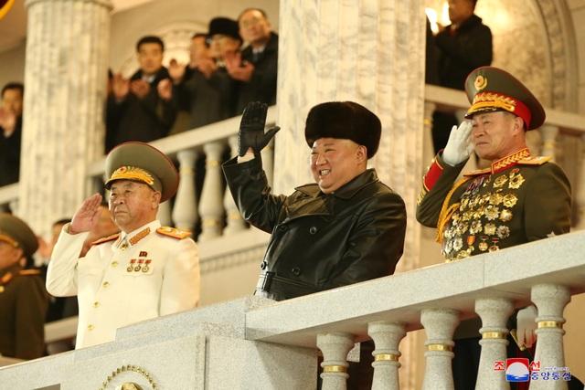Triều Tiên duyệt binh rầm rộ, khoe vũ khí mạnh nhất thế giới - 4
