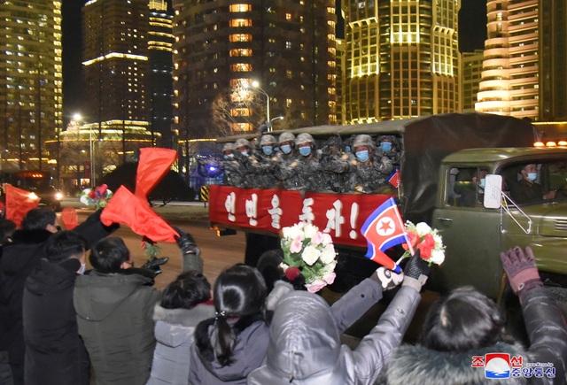 Triều Tiên duyệt binh rầm rộ, khoe vũ khí mạnh nhất thế giới - 21