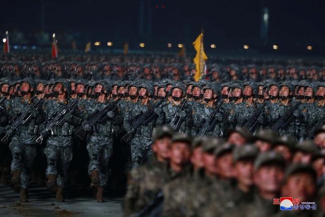 Triều Tiên duyệt binh rầm rộ, khoe vũ khí mạnh nhất thế giới - 18