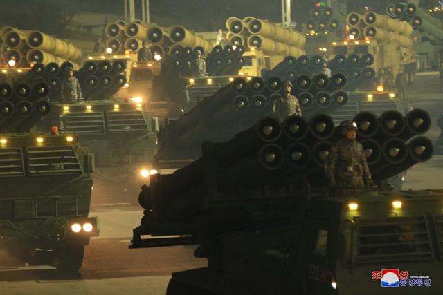 Triều Tiên duyệt binh rầm rộ, khoe vũ khí mạnh nhất thế giới - 14