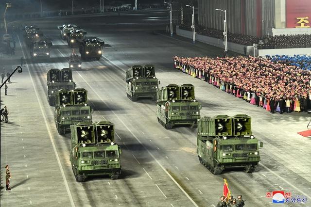 Triều Tiên duyệt binh rầm rộ, khoe vũ khí mạnh nhất thế giới - 13