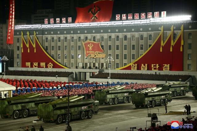 Triều Tiên duyệt binh rầm rộ, khoe vũ khí mạnh nhất thế giới - 7