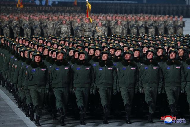 Triều Tiên duyệt binh rầm rộ, khoe vũ khí mạnh nhất thế giới - 15