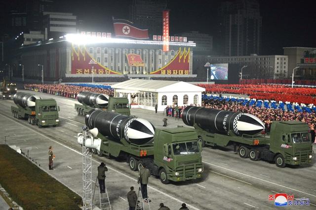 Triều Tiên duyệt binh rầm rộ, khoe vũ khí mạnh nhất thế giới - 9