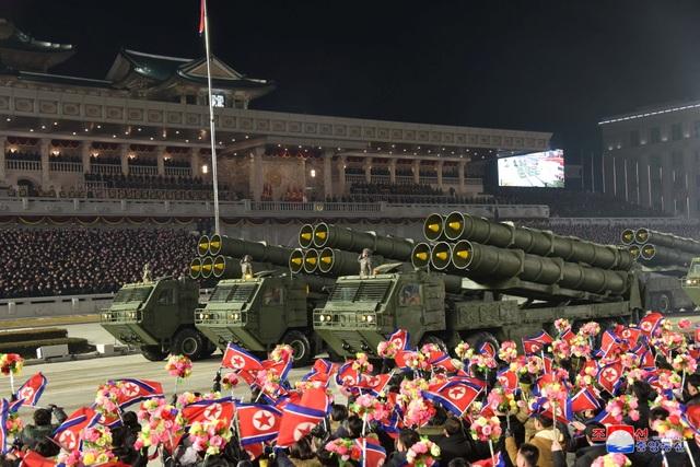 Triều Tiên duyệt binh rầm rộ, khoe vũ khí mạnh nhất thế giới - 11
