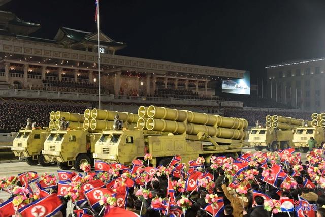 Triều Tiên duyệt binh rầm rộ, khoe vũ khí mạnh nhất thế giới - 12