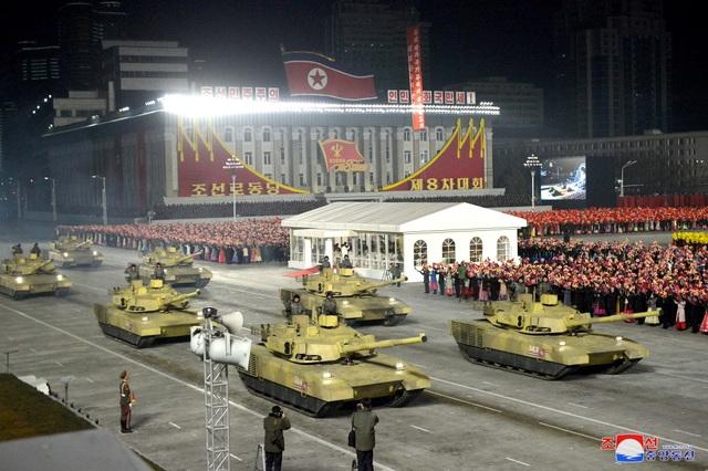 Triều Tiên duyệt binh rầm rộ, khoe vũ khí mạnh nhất thế giới - 8