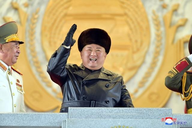 Triều Tiên duyệt binh rầm rộ, khoe vũ khí mạnh nhất thế giới - 3
