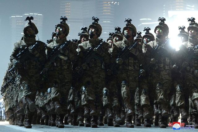 Triều Tiên duyệt binh rầm rộ, khoe vũ khí mạnh nhất thế giới - 17