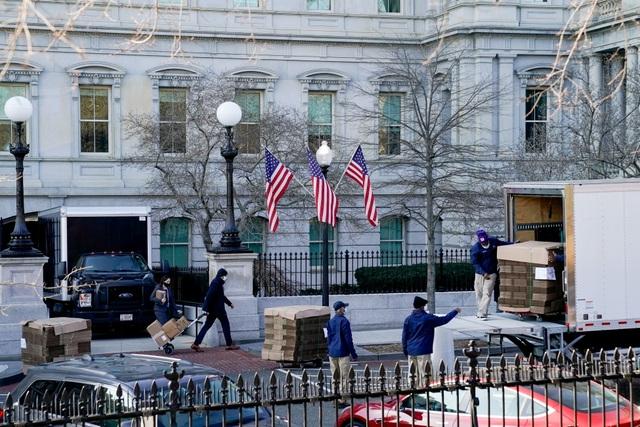 Nhân viên Nhà Trắng gói ghém đồ đạc, chuẩn bị rời đi - 1