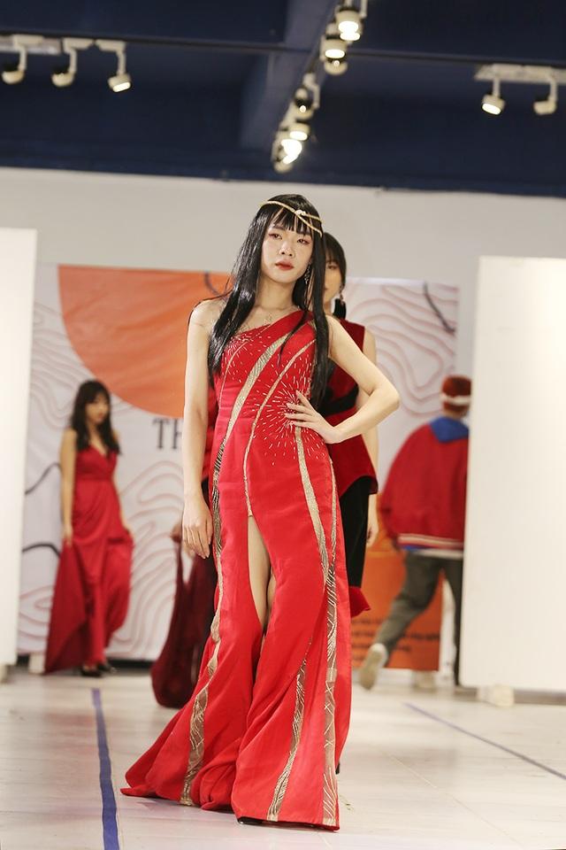 Nam sinh ĐH Kiến trúc mặc váy ngắn, đi catwalk đẹp hơn cả nữ sinh - 4