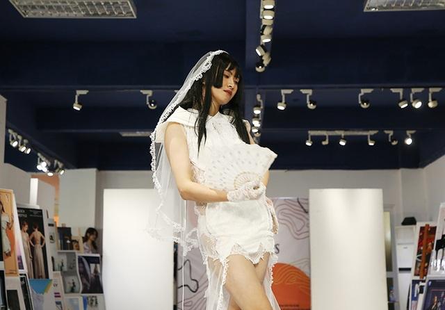 Nam sinh ĐH Kiến trúc mặc váy ngắn, đi catwalk đẹp hơn cả nữ sinh - 3
