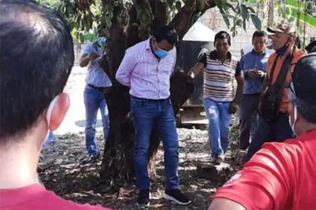 Thị trưởng bị trói vào cây đánh vì không giữ lời hứa với cử tri