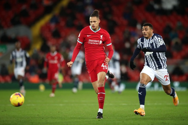 Vị trí trung vệ: Liverpool đầy lo lắng, Man Utd thoải mái - 2