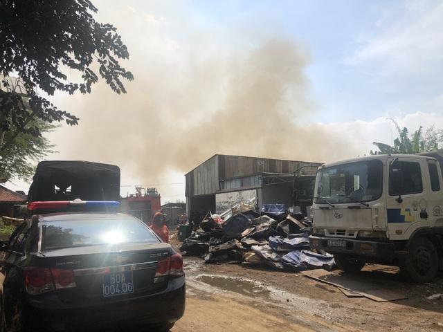 Cháy lớn tại bãi phế liệu rộng hàng trăm mét vuông - 1