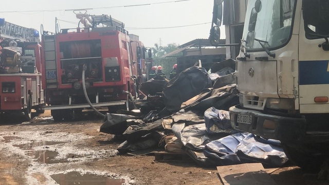 Cháy lớn tại bãi phế liệu rộng hàng trăm mét vuông - 2