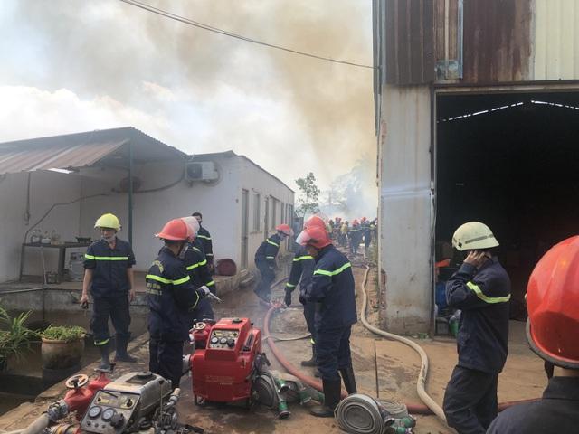 Cháy lớn tại bãi phế liệu rộng hàng trăm mét vuông - 3