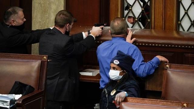 Ông Pence suýt chạm trán người biểu tình bạo loạn ở quốc hội - 1