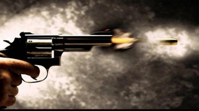 Súng cướp cò khi giằng co với vợ, người chồng trúng đạn tử vong - 1