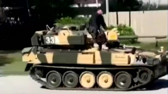 Chơi trội lái xe tăng đi... dạo phố - 1