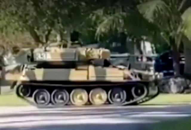 Chơi trội lái xe tăng đi... dạo phố - 2