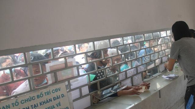 Cổ động viên TPHCM lên cơn sốt vé xem Kiatisuk trình làng ở sân Thống Nhất - 11