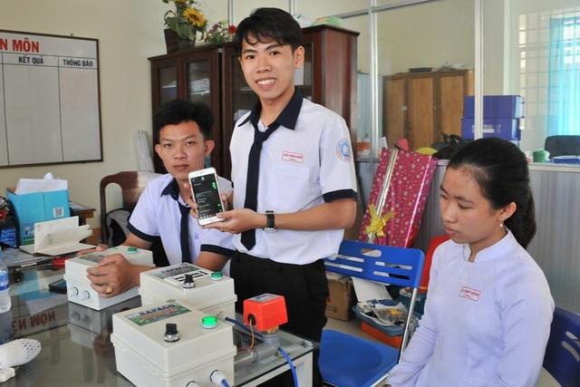 Học sinh chế hộp điều khiển máy bơm từ điện thoại… thu trăm triệu đồng - 1