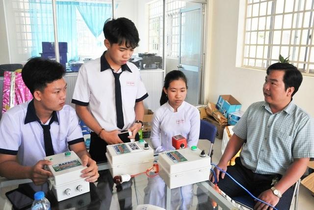 Học sinh chế hộp điều khiển máy bơm từ điện thoại… thu trăm triệu đồng - 2