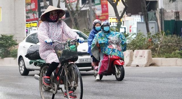 Không khí lạnh tăng cường, người dân Thủ đô co ro khi ra đường - 2