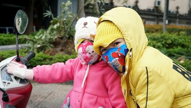 Không khí lạnh tăng cường, người dân Thủ đô co ro khi ra đường - 9