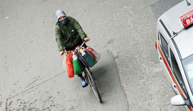 Không khí lạnh tăng cường, người dân Thủ đô co ro khi ra đường - 10