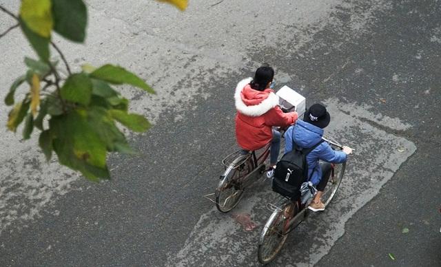 Không khí lạnh tăng cường, người dân Thủ đô co ro khi ra đường - 11