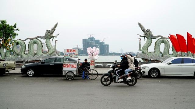 Không khí lạnh tăng cường, người dân Thủ đô co ro khi ra đường - 13