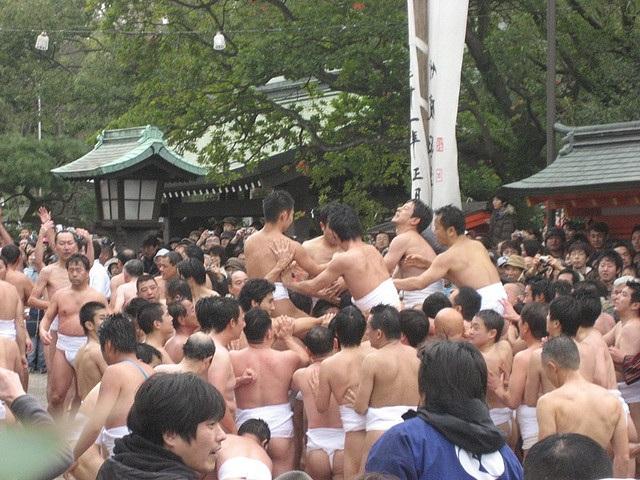 Cởi trần đóng khố tranh nhau quả bóng của thần Rồng trong lễ hội Tamaseseri - 1