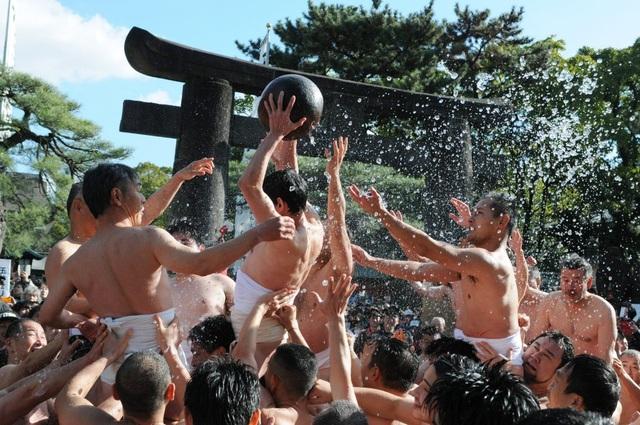 Cởi trần đóng khố tranh nhau quả bóng của thần Rồng trong lễ hội Tamaseseri - 2