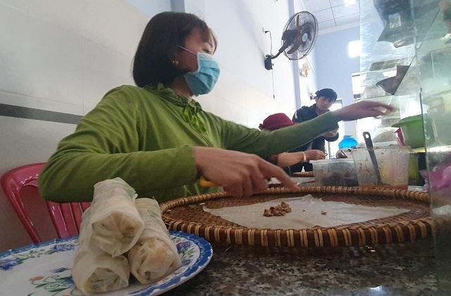 Bí mật quán bánh cuốn ở Bình Định, bà chủ bán vèo cả nghìn cái/ ngày - 6