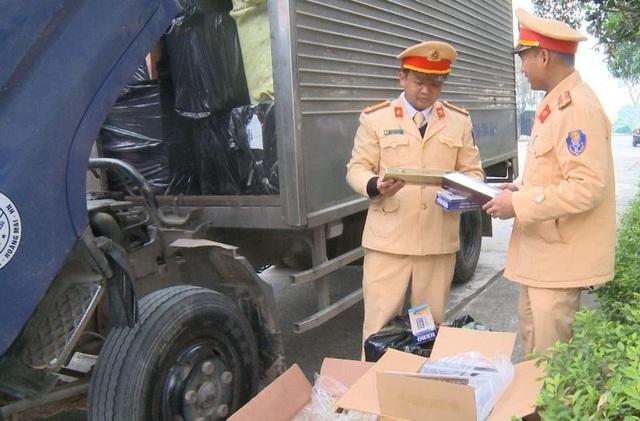 Chế thùng phụ trên xe tải để vận chuyển hàng chục nghìn bao thuốc lá lậu - 1