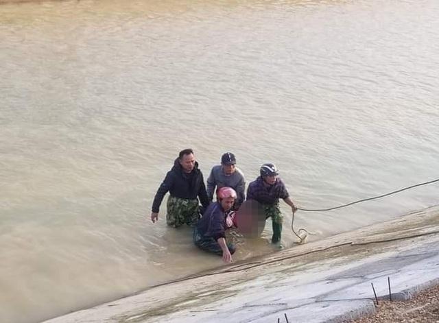 3 ngày dầm mình trong nước lạnh tìm bé trai rơi sông mất tích - 1