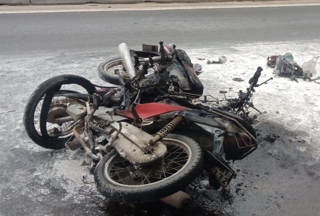 Hai xe máy bốc cháy ngùn ngụt sau tai nạn, 1 người bỏng nặng - 1