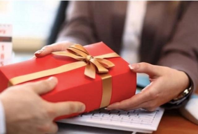 Méo mặt đặt quà Tết cho nhân viên, đối tác, mở ra... mốc meo, hết hạn - 2
